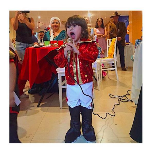 Aww! Esta niña se disfrazó de Luis Miguel en su cumpleaños