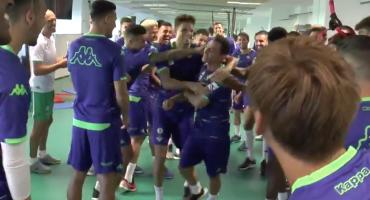 ¡Qué manchados! Recibe el Betis con 'pamba china' a Andrés Guardado