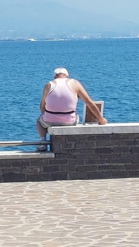 Aww! Este hombre lleva todos los días el retrato de su esposa fallecida a un puerto