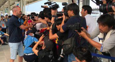 Andrés Iniesta es recibido como héroe en su llegada a Japón