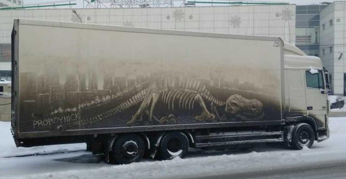 Este artista ruso ocupa la suciedad de los carros para crear obras de arte