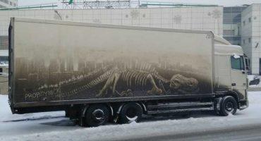 Este artista ruso ocupa la suciedad de los carros para crear obras de arte 😮