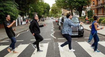 ¡Café Tacvba reproduce la portada del Abbey Road al ritmo de 'Déjate caer'!