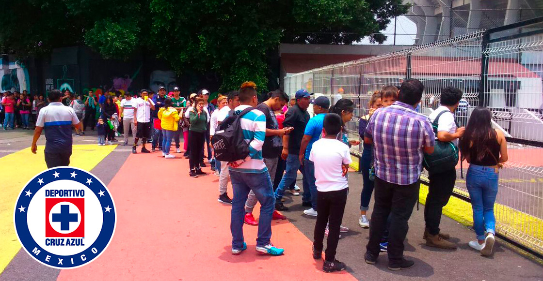 ¡Casa llena! Cientos de aficionados hacen fila en el Estadio Azteca para ver a Cruz Azul