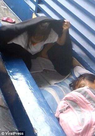 Querer es poder: Esta niña se quedó sin hogar y aún así hizo su tarea