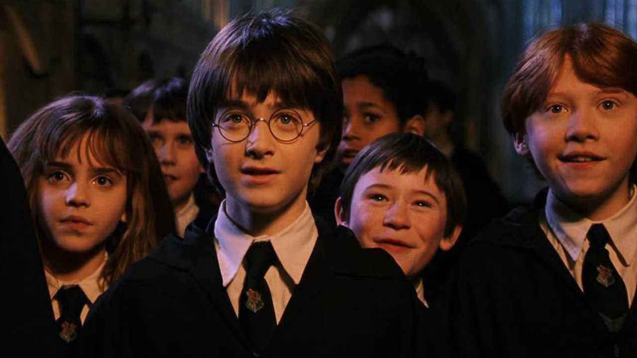 Así se escucha la canción principal de Harry Potter tocada con copas de vidrio