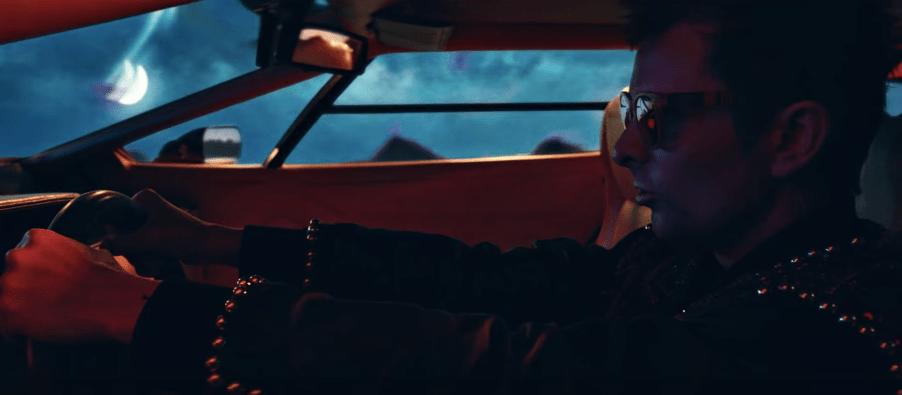 "Muse viaja a un mundo distópico retrofuturista en ""Somehitng Human"""
