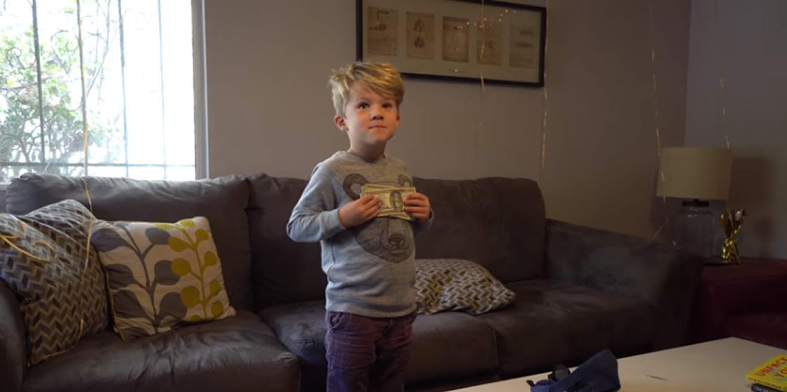 Esto es lo que pasa cuando le das mil dólares a un niño de 6 años
