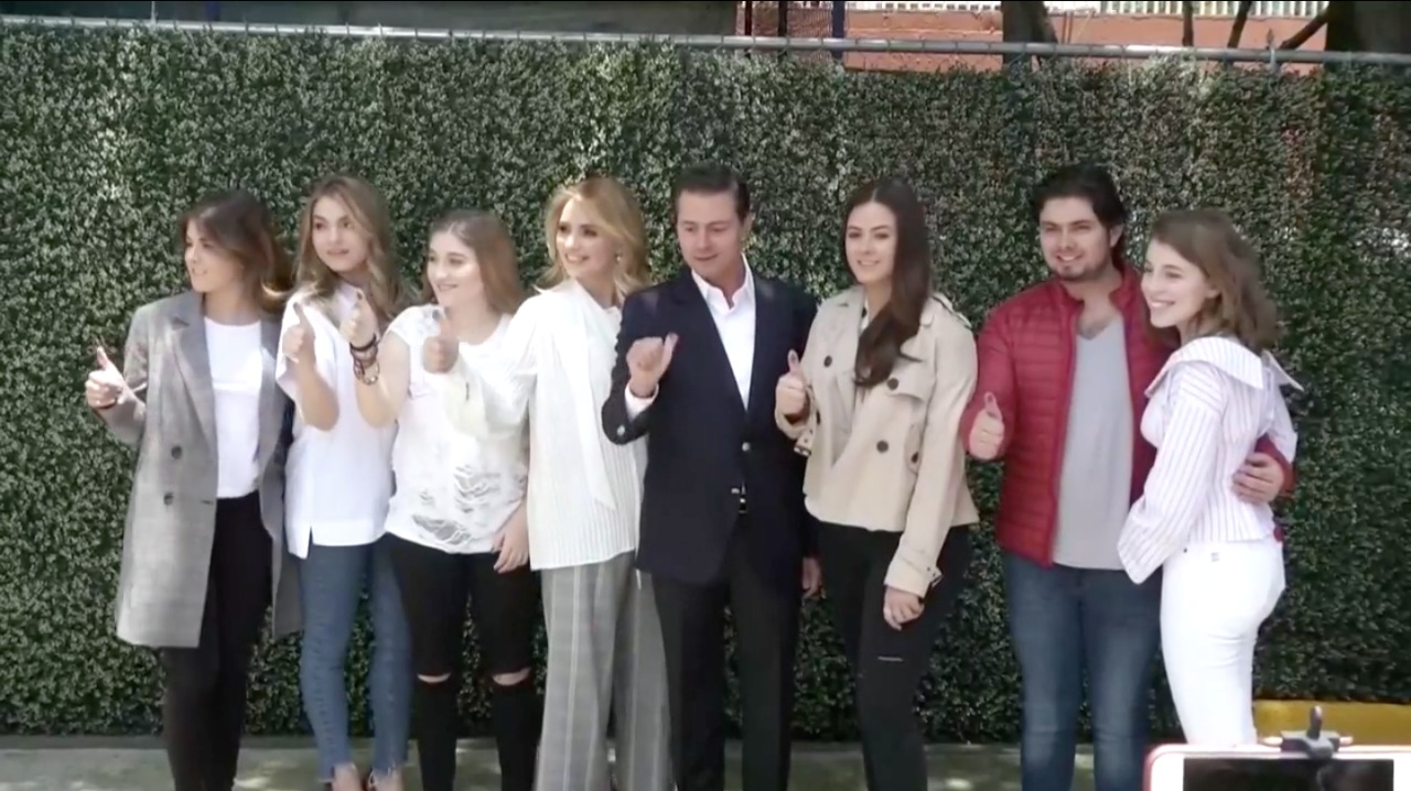 Peña Nieto checando su dedo
