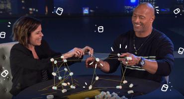Pusimos a Dwayne Johnson y Neve Campbell a hacer el 'Marshmallow Challenge' y... este fue el resultado 