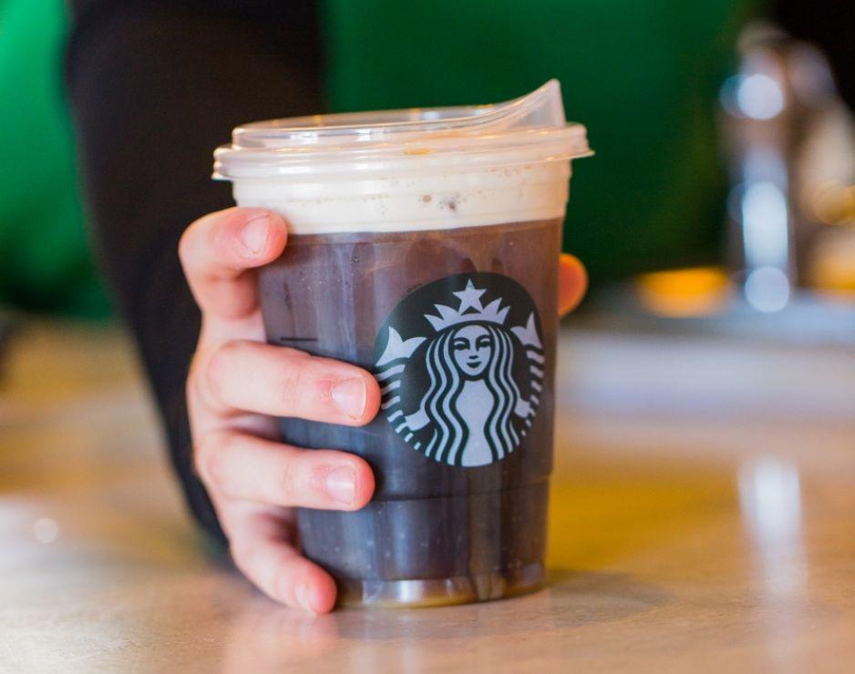 Starbucks está eliminando los popotes de plástico de sus tiendas en todo el mundo