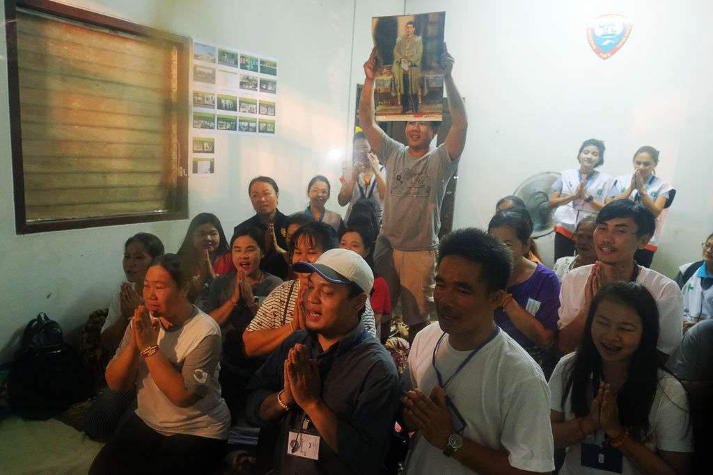 Familia rezando por niños tailandeses
