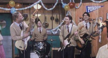 Weezer recreó el hermoso video de 'Buddy Holly'... pero en el escenario