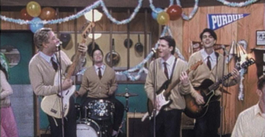 Weezer recreó el hermoso video de 'Buddy Holly'... pero en el escenario