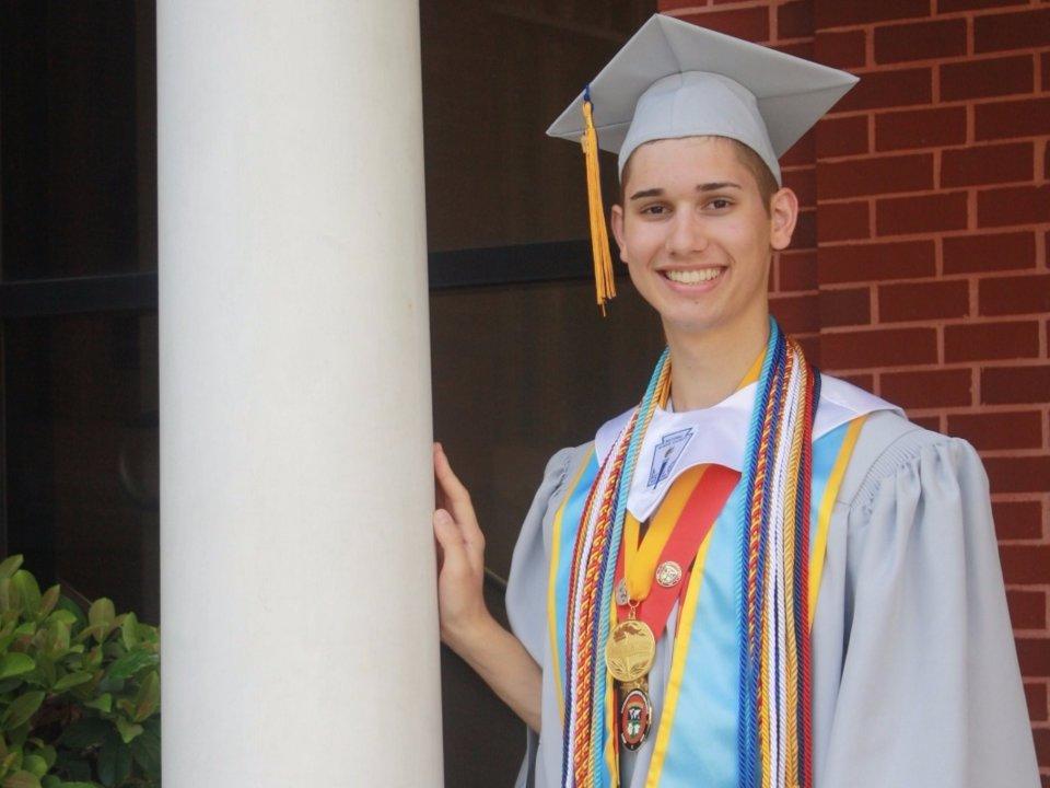 Universidad beca a joven gay
