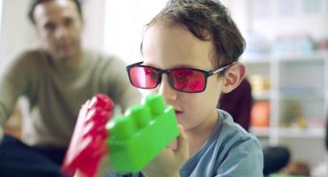 Conoce los lentes que traen a la vida el color a niños daltónicos