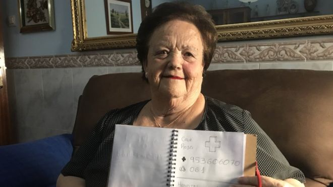 Su abuela no sabe leer; durante 20 años le hizo una agenda telefónica con dibujos
