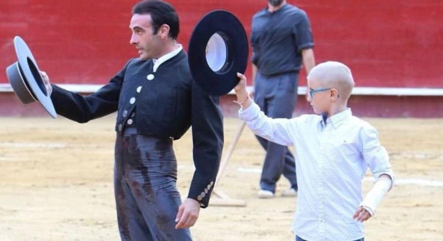 Niño Adrián Hinojosa, víctima de críticas en Twitter por gustarle los toros