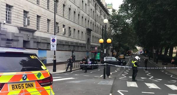Automóvil se estrella contra barrera de protección de Parlamento británico