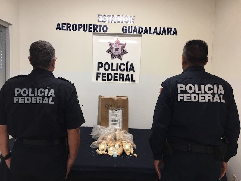 Decomisan paquete con bolillos rellenos de cocaína en Guadalajara