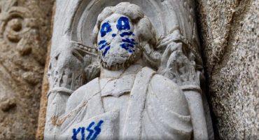 ¿Culto a KISS? No… vandalizan escultura del S. XII en Catedral de Santiago, España