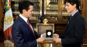 ¡Orgullo! El bailarín Isaac Hernández recibe la medalla Bellas Artes