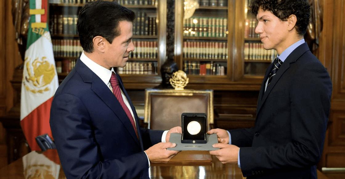 Enrique Peña Nieto entrega Medalla Bellas Artes a Isaac Hernández