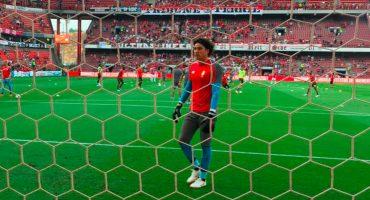 Pese a error de Ochoa, Standard Lieja rescató empate ante el Ajax