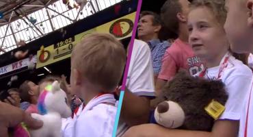 ¡Lluvia de peluches! Niños del Feyenoord fueron consentidos por aficionados rivales en pleno partido