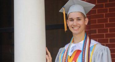 Universidad beca a joven gay luego de que lo corrieran de su casa