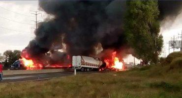Video: Presuntos huachicoleros incendian camiones y cierran la México-Puebla