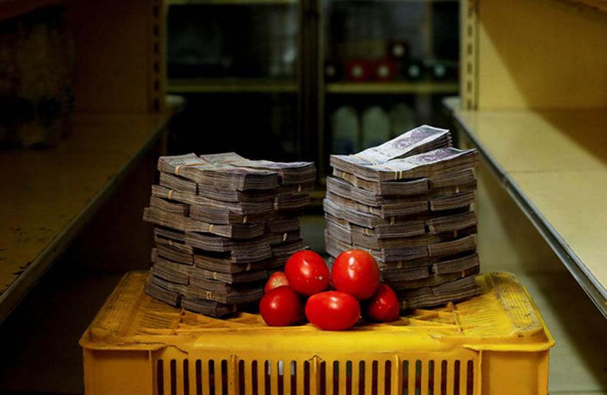 Así se ven los fajos de billetes que pagan los venezolanos a cambio de kilo de alimentos