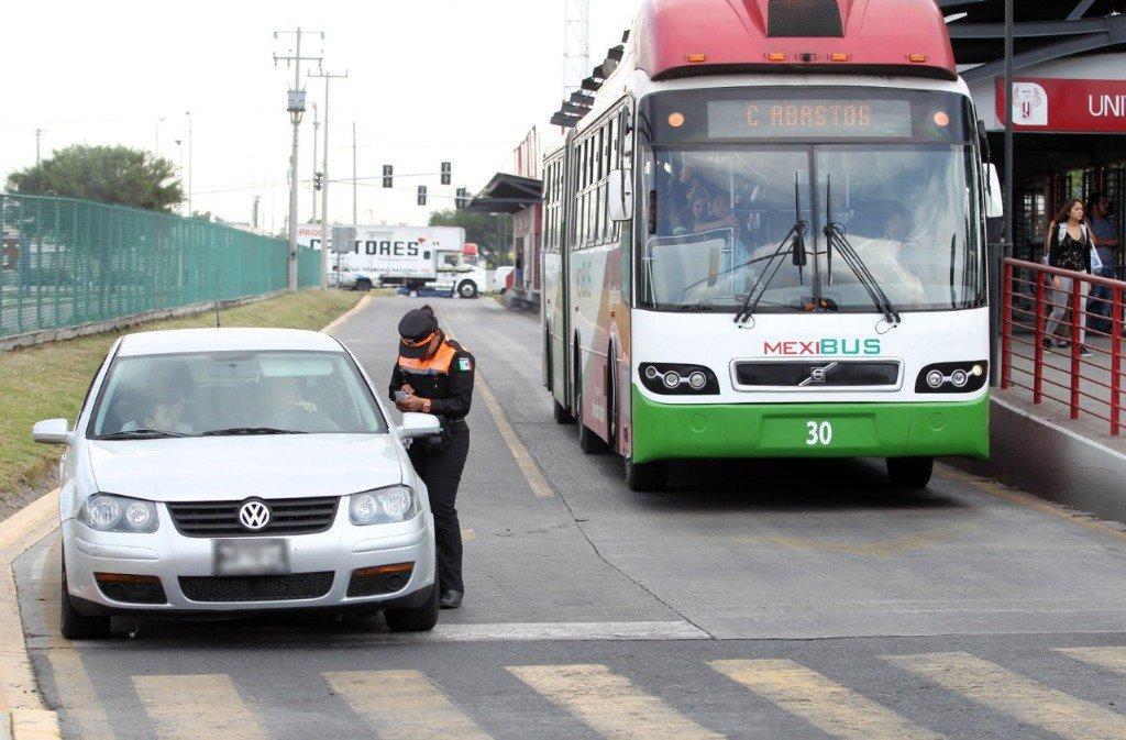 Elevarán multas por invadir carril del Mexibús