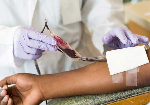 Madre de niña con leucemia impedía el tratamiento por religión; el Estado interviene