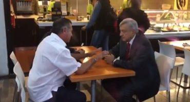 """""""Ahora bésense"""": 'El Bronco' recibe a AMLO en aeropuerto de Monterrey"""