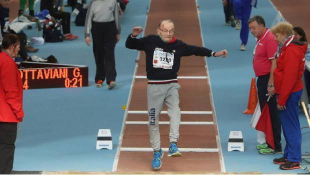 Giusseppe Ottaviani es campeón de salto de longitud... ¿con 102 años?