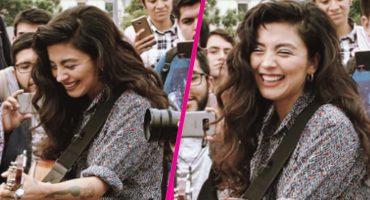 Mon Laferte agarró su guitarra y se fue a cantar afuera de Bellas Artes 😱
