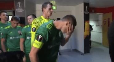 ¡Wuacala! Futbolista se enjuaga la cara con su propia saliva