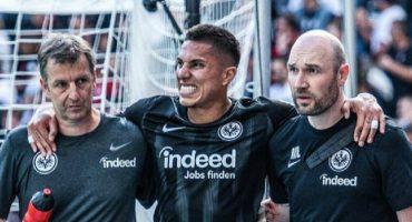 ¡Dios, no! Carlos Salcedo salió lesionado en partido con el Frankfurt