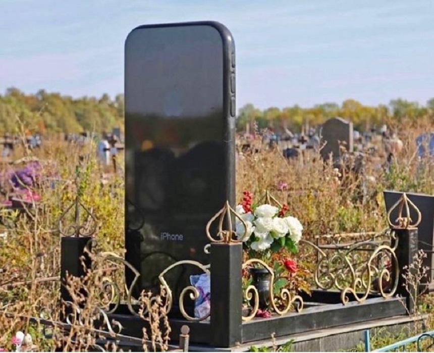 Rita Shameeva y su tumba en forma de iPhone