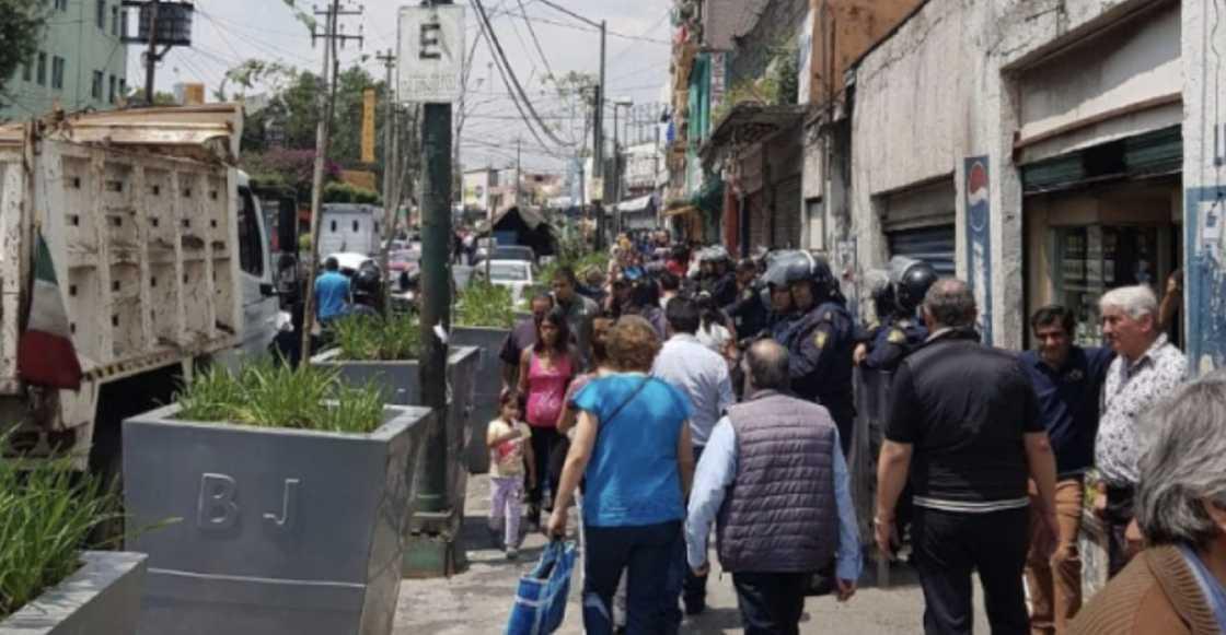 Ambulantes se enfrentan con granaderos en la Colonia Portales