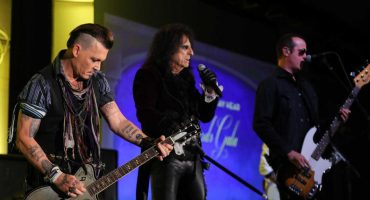 Johnny Depp y su banda Hollywood Vampires coverean