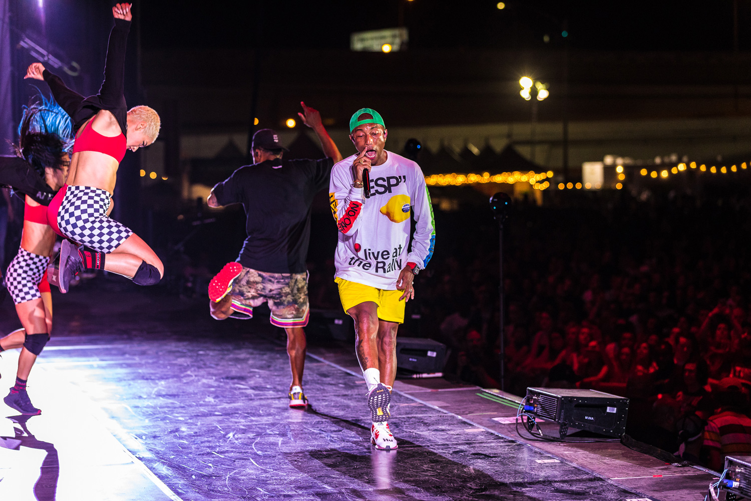 We're gonna climb your walls: Pharrell critica al gobierno de EU en el show de N.E.R.D