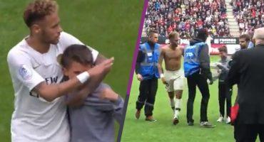 Neymar protegió a un niño que brincó al campo y le regaló su camiseta