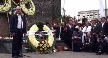 AMLO hace guardia en la Plaza de las 3 Culturas en honor a víctimas del 68