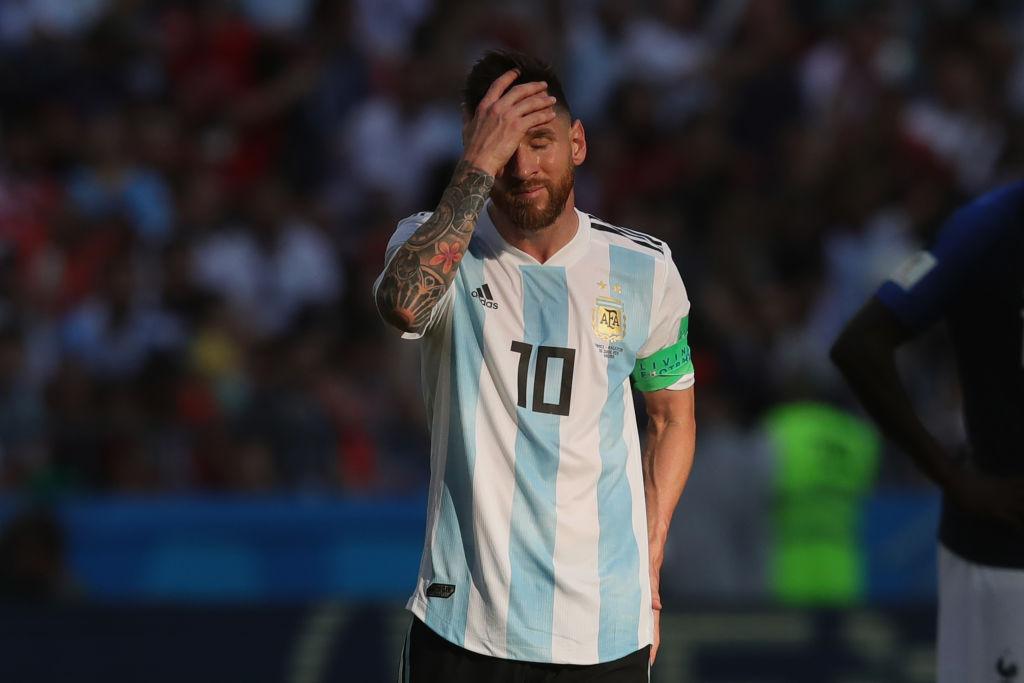 Kempes y La Volpe con los tapones de punta contra Maradona