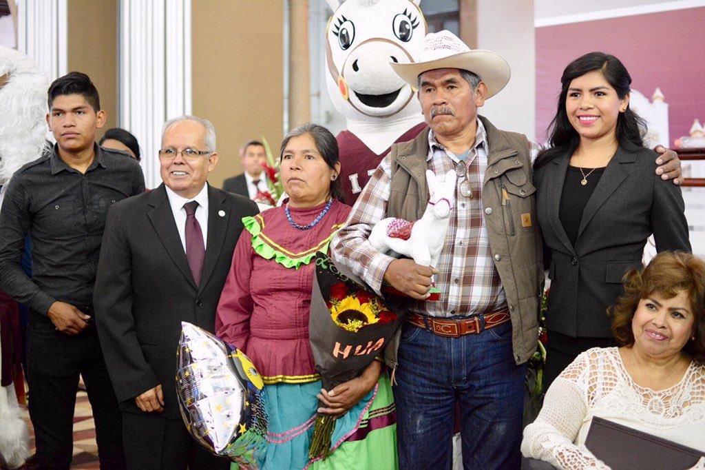 padres-indigenas-celebran-graduacion-hija-ingeniera