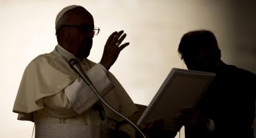 Ante jóvenes, papa Francisco se disculpa por escándalos de la iglesia