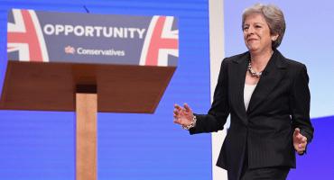 'Pasito tun-tun', al ritmo de 'Dancing Queen', Theresa May defiende su plan sobre el Brexit