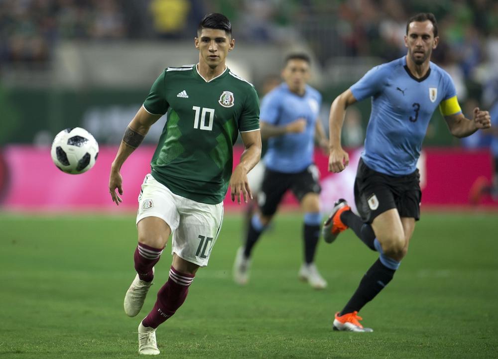 Alan Pulido en juego amistoso contra Uruguay